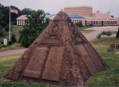 Tombe de Russell et complexe maçonnique